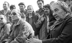 גולדה מאיר ומשה דיין עם החיילים