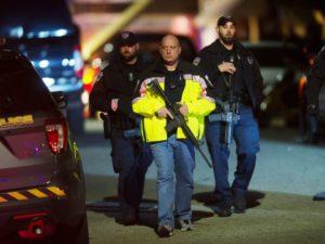 שוטרים ורובים ברחובות. The Associated Press