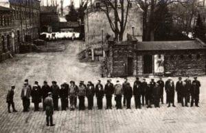 אסירים במסדר במחנה דאכאו