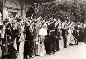 ההמון שואג הייל היטלר