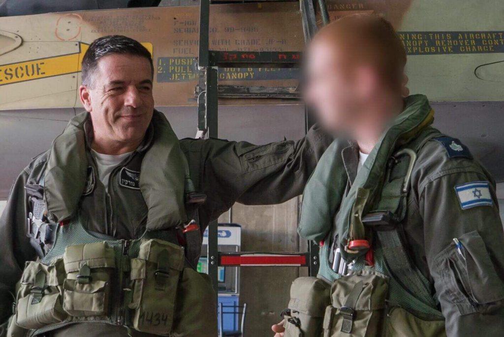 """האלוף עמיקם נורקין והטייס. צילום: דובר צה""""ל"""