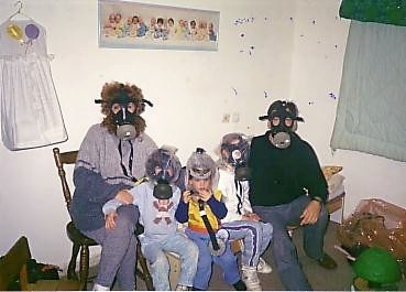 אזרחי ישראל במקלטים עם מסיכות גז