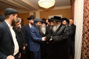 הרב יאשיהו פינטו מקבל אורחים בישיבתו
