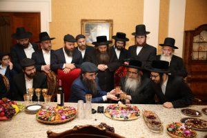 רבנים ואישים חשובים מגיעים לברך את הרב יאשיהו פינטו