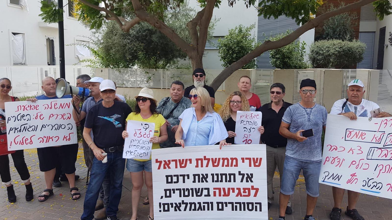 הפגנה מול בית שר האוצר
