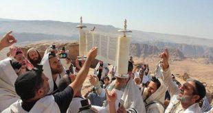 מתפללים בקבר אהרון הכהן