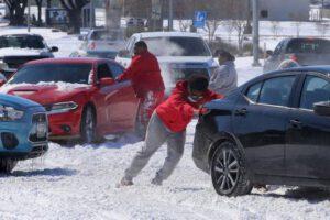 דוחפים מכונית שהסתובבה בשלג בוואקו, טקסס צילום: AP